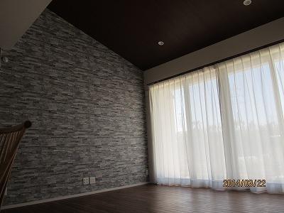 リビング勾配天井壁紙とテレビ後ろ壁紙.jpg